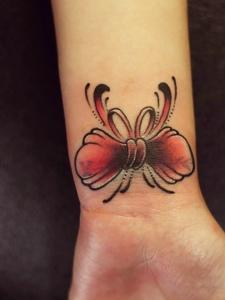手臂惊艳的蝴蝶结纹身图案