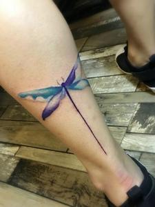 小腿处的一只彩色蜻蜓纹身图案