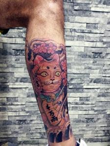 包小腿彩色招财猫纹身图案