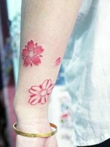 手臂小清新花瓣纹身图案很鲜艳