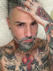 型男展示他的满身纹身刺青十分帅气