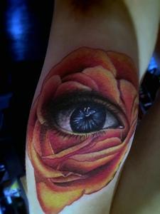 花瓣里的3d眼睛纹身图案耀眼光芒