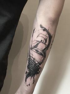 手臂水墨帆船纹身图案很低调