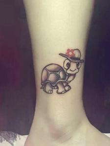 裸脚处头戴帽子的小乌龟纹身图案