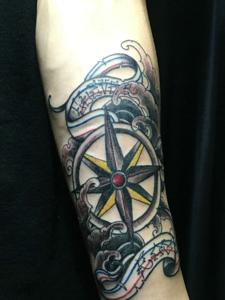 手臂个性指南针纹身图案