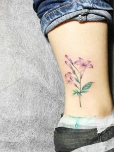 裸脚外侧的小清新花朵纹身刺青