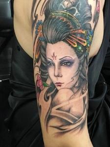手臂一枚彩色古代花妓纹身图案
