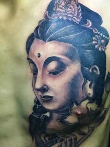 男士胸前半边的传统女观音纹身刺青