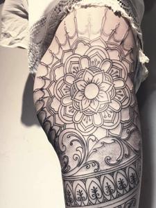 女生臀部上的性感梵花纹身图案
