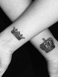 手腕上的单一皇冠情侣纹身刺青