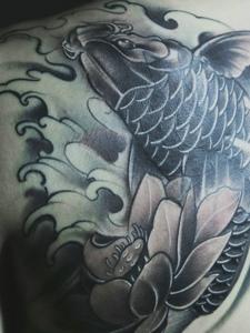 胸前帅气的黑灰鲤鱼纹身刺青
