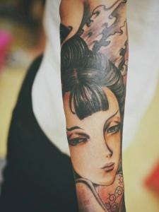 手臂一枚精致漂亮的花妓纹身刺青