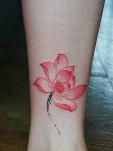 腿部鲜艳绽放的荷花纹身图案