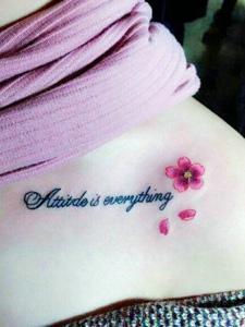 锁骨小樱花与英文纹身图案清新自然
