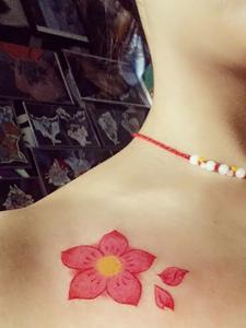 女神胸前性感花香的花瓣纹身图案