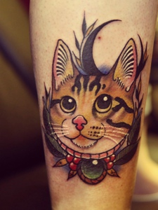 小腿处大眼朦胧的彩色花猫纹身图案