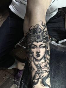 水墨手臂纹身图案个性十足