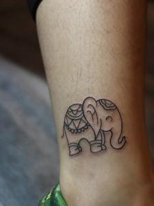 裸脚迷你小象纹身图案很可爱