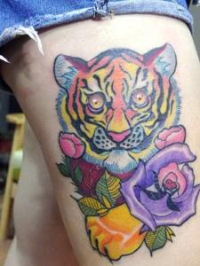 腿部日式的彩色日式花猫纹身图案