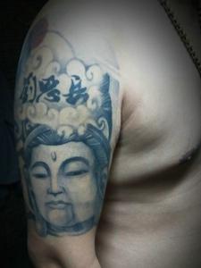 手臂灰色的佛像纹身图案显魅力