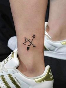 裸脚外侧小图案纹身图案很清新