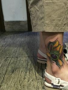 裸脚处色彩诱人的彩色荷花纹身图案