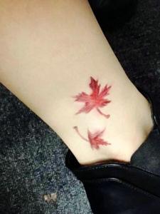 裸脚彩色树叶纹身图案时尚秀气