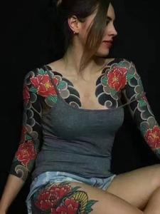 外国美女的双半甲彩色纹身图案