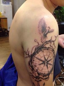 手臂经典耐看的指南针纹身图案