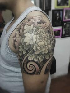 经典美妙的大臂黑灰牡丹花纹身图案