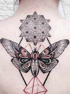 几何图形与蜻蜓结合的后背纹身图案