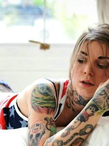 私房中的欧美女性满身纹身图案很妩媚