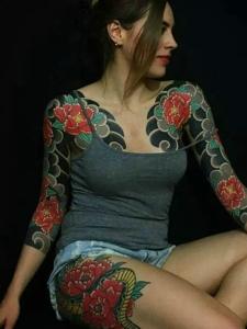 外国美女双半甲彩色纹身图案很霸气