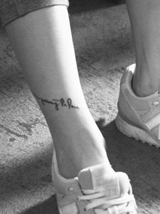 文艺青年的腿部文雅文字纹身