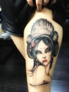 大腿一枚精致而美丽的艺妓纹身图案