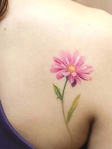 女生肩膀上的清新红花个性图案刺青