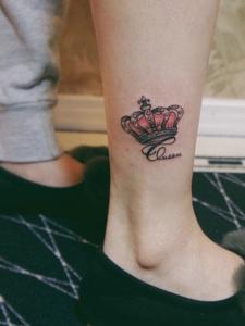 小腿处一款迷你小皇冠纹身图案