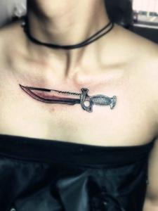 胸前个性豪迈的匕首纹身图案