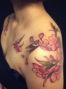 女生优美的肩花纹身图案很清新