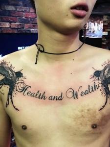 男士胸前英文与小燕子纹身图案