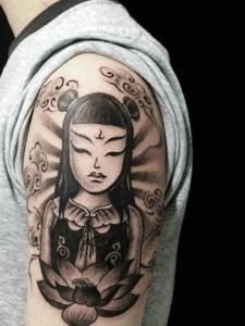 手臂黑灰哪吒纹身图案很有个性