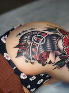 性感美女臀部上的欧美图腾纹身