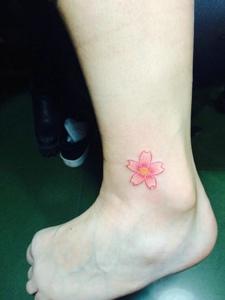 小腿部小清新樱花纹身图案很美丽