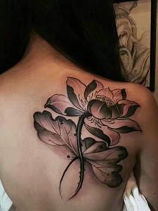 长发披肩女孩后背美丽的荷花纹身图案