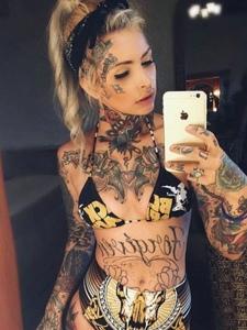 火辣辣的欧美女郎满身纹身图案很性感