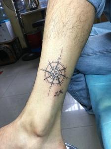 小腿处个性创意的指南针纹身图案