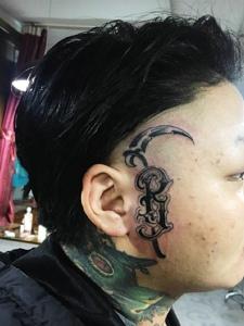 个性男士头部另类英文纹身图案