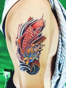 莲花与红鲤鱼结合的花臂纹身图案