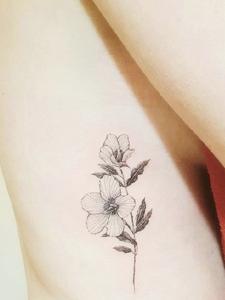 侧腰部简单时尚的花朵纹身图案