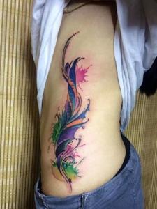个性女孩侧腰部彩色羽毛纹身图案